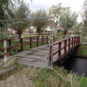 De brug tussen Ronner-Knipstraat en Henriëtte Bosmanpad, waarover geïnteresseerden naar de minibieb moeten lopen.