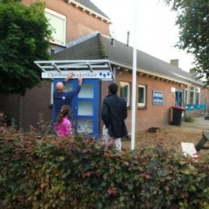 Hier wordt de boekenkast geplaatst bij het dorpshuis. Dakpannen er op en klaar voor de opening!